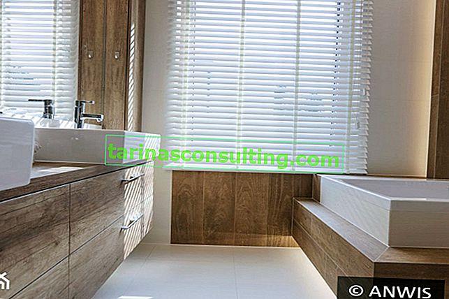 Stores en bois - décorations uniques dans les fenêtres de la salle de bain